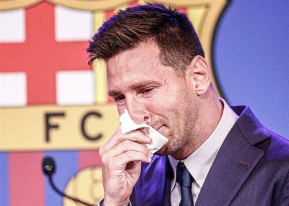 ميسي حزين للغاية و يودع برشلونة بالدموع